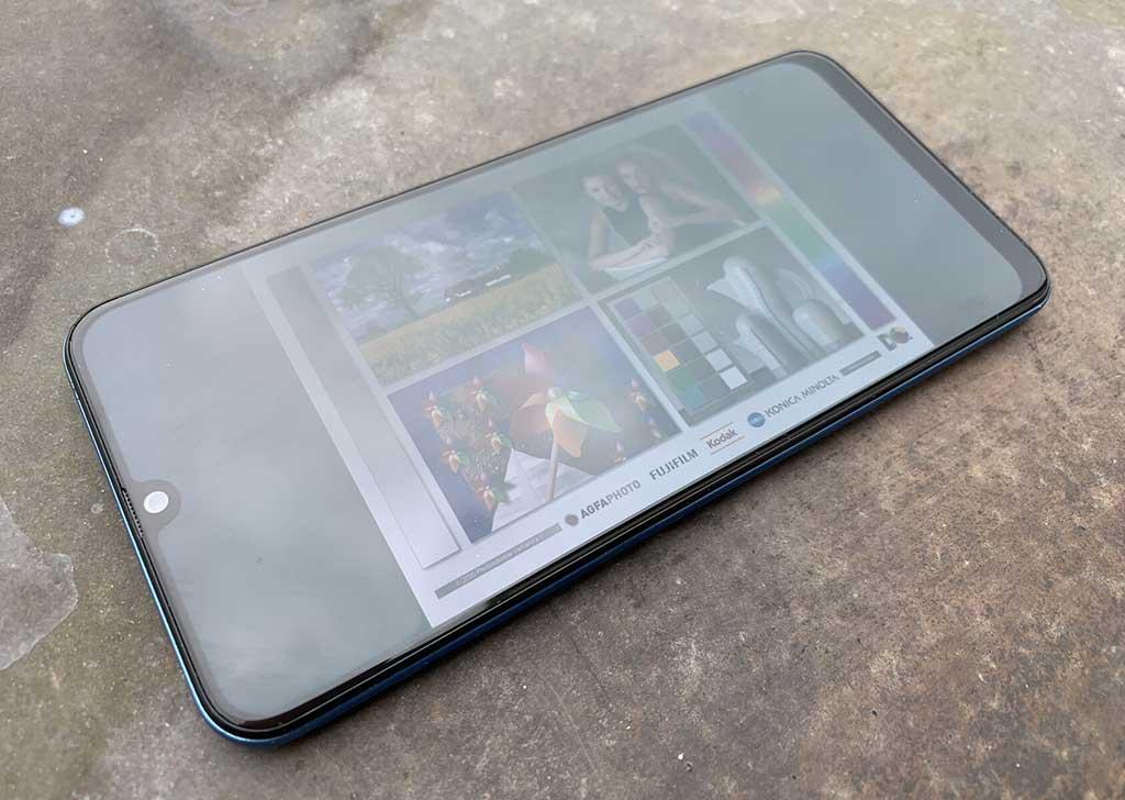 Màn hình hiển thị Samsung Galaxy A50 khi sử dụng ngoài trời