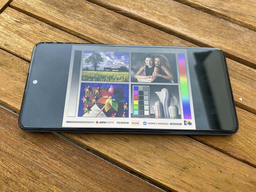 Màn hình Amoled Samsung Galaxy A51 khi sử dụng ngoài trời