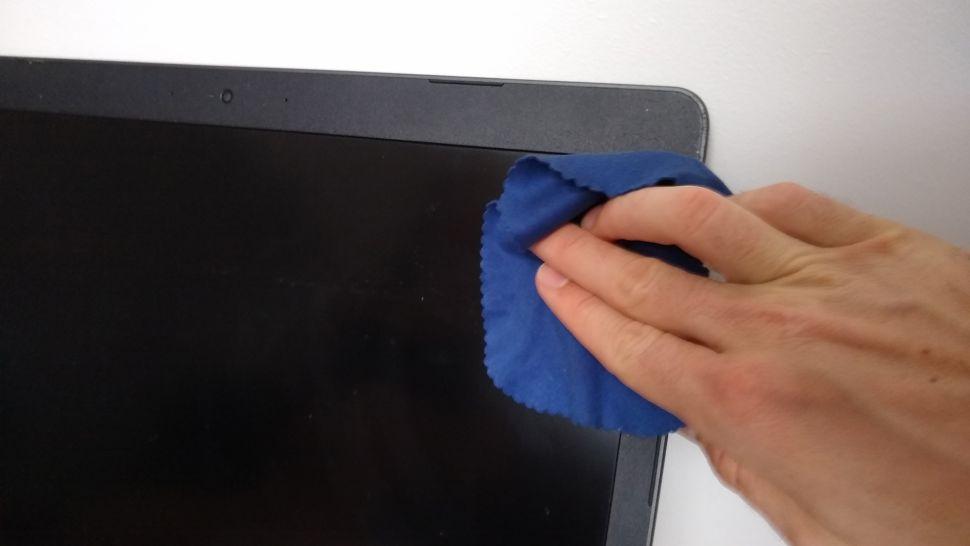 Cách lau màn hình laptop và máy tính PC đúng cách